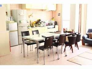 An庵げすとinn:3階の共有スペース広々キッチンで自炊にも最適です。