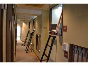 1泊1980円ホテル Tokyo:カプセルルーム・大きなロッカーがセットのホテル。カプセルとロッカーが同フロアにご用意しています