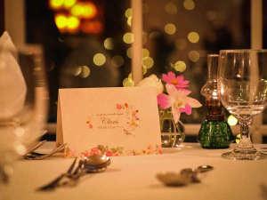 夕闇にきらめく美しいガーデンを眺めながら楽しいディナーをどうぞ。
