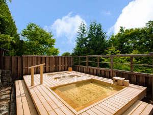 ホテル富貴の森:高野槙材を使用した森に囲まれた露天風呂。木の香りがいっぱい。2018年6月リニューアル!