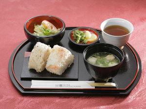 萩ロイヤルインテリジェントホテル:【サービス朝食】萩産のコシヒカリと萩産の味噌汁は朝の活力!お客様にも好評です。