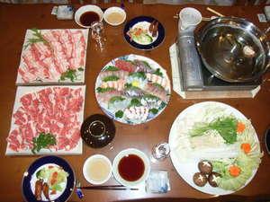 民宿 星の栖:黒豚しゃぶしゃぶ・鮮魚付プランの一例。ボリュームたっぷりのお肉と地元産鮮魚の刺身
