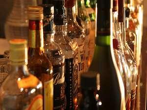 ホテルアラマンダ:24時間対応のカフェバーで、お酒を傾けては?ルームサービスももちろんOK