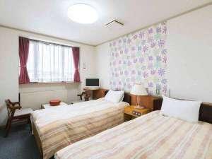 旅館 山月:*【洋室/ツインルーム】窓辺のテーブルセットでゆるりとお寛ぎください。