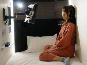 女性だけが泊まれるカプセルホテル 秋葉原BAY HOTEL:TV付きカプセルユニット TV使用イメージ