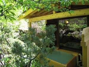 温もりの湯宿【カントリーハウス渓山荘】:内湯「すももの湯」専用露天風呂