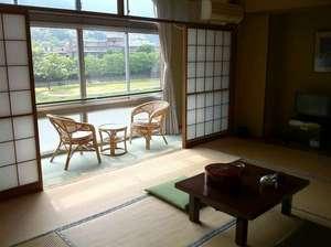 民営国民宿舎 下呂温泉さくらや:和室10畳トイレ付(一例)全室から飛騨川の眺め&せせらぎが聴こえます