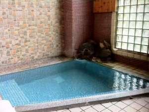 民営国民宿舎 下呂温泉さくらや:お風呂(内湯)の温泉はかけ流しで、きれいな下呂のお湯を楽しめます。