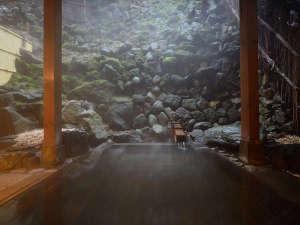 草津温泉 大阪屋:湯畑から徒歩1分の好立地の為、空気中で泉質を劣化をさせる事なく、良質の状態で湯船へ注がれております。
