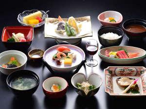 草津温泉 大阪屋:越後の海の幸、築地のまぐろに京野菜…全国より仕入れた旬の食材を盛り込んだ本格的な京風の懐石料理。