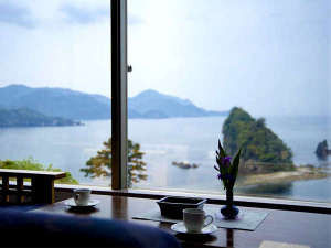 【施設】正面に三四郎島を望むロビー