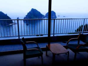 10畳、12畳、角部屋の和室からは駿河湾と三四郎島を目前に一望できる