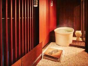【客室イメージ】「紅殻の間」では明かりに照らされた紅殻格子に囲まれて雰囲気たっぷりの湯浴みを