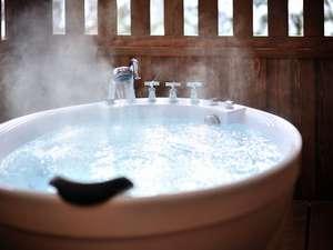 2010年新設された白いおしゃれな露天風呂付客室