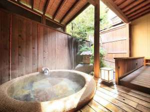 箱庭を眺めるテラスに、ゆったりした丸い湯船の坪庭露天風呂付客室【橙彩】