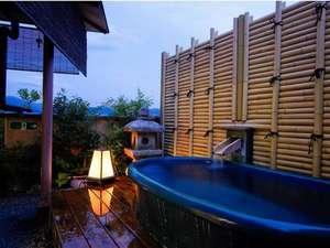 嵐山の絶景が見渡せる、露天風呂付客室一例。