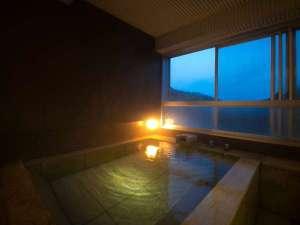 望楼 NOGUCHI 登別:【客室展望風呂】全客室に石造りの展望風呂を完備。2~3人で足を伸ばして浸かっても余り有る広さです。