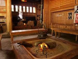 田島本館:【施設】フロント横に併設した囲炉裏でゆっくり寛げる。