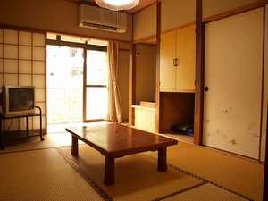 田島本館:【客室】こじんまりとしながらも、手入れが行き届いた和室6畳。窓からは天降川の流れが望める