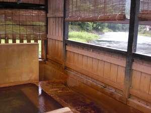 田島本館:【風呂】渓流を横目に、身体の芯まで温泉成分が染み渡る傷湯と胃腸湯/男湯