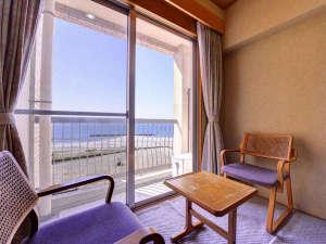南知多 旅館 二見荘:*和室8畳(客室一例)/窓辺に座り寄せる波を見ながら、のんびりとした休日をお過ごし下さい。