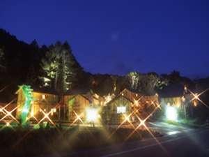コテージホテル ショコラ:夜のコテージ外観