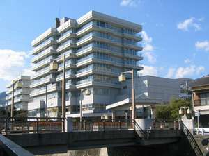 伊東松川の畔に立地~当館前より海(なぎさ公園)まで松川遊歩道が続いております。