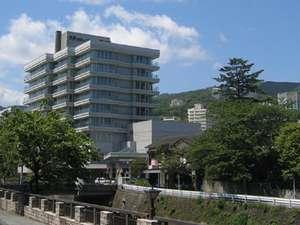大江戸温泉物語 伊東温泉 伊東ホテルニュー岡部:当館は伊東松川の畔。遊歩道入口にございます。