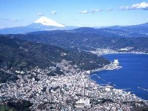 伊東市街  高台に上ると富士山が見えるのです。  写真左下に当館が・・・