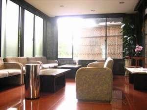 ホテルオオハシ飯田:落ち着いた雰囲気のロビーで旅の疲れを癒してください