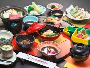 平湯温泉 愛宝館:【夕食一例】飛騨牛、山菜、川魚など山里の味覚約9品をご用意致します。