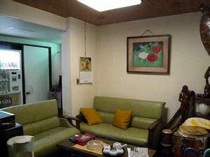 ファミリー旅館 梅岡:ロビー お茶やお菓子などご自由にどうぞ。 ラテン楽器なども置いてあります