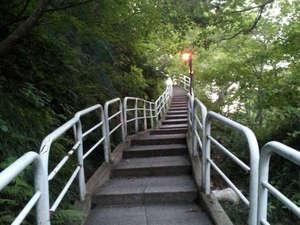 夏油温泉 元湯夏油:*露天風呂までの道/川の傍を通り、森林浴をしながら歩いて行きます。