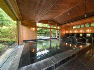 *大浴場・庭園の木々を眺めながらゆっくり湯あみをお楽しみいただけます。