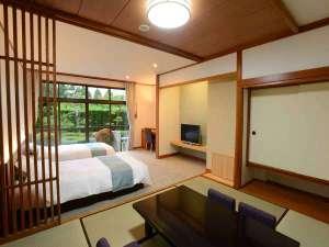 伊豆長岡温泉京急ホテル:*【和洋室/1階_例】移りゆく四季を感じられる中庭に面したツインベッド+和室のお部屋