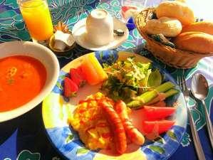 ペンション サンディビーチ:朝はコンチネンタル♪ジュース・スープ・玉子・サラダ・果物・ヨーグルト・コーヒー紅茶・温かパン食べ放題