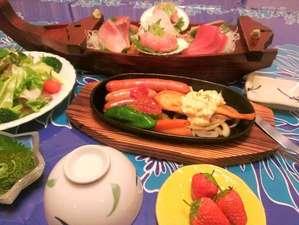 ペンション サンディビーチ:夕食は熱々グリル料理♪ソーセージやハンバーグステーキ+お魚料理+お刺身ミニ舟盛+季節の彩りサラダ等♪