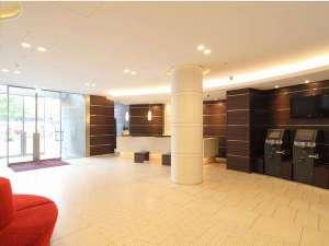 リッチモンドホテル福岡天神:白を基調とした開放感のある明るいロビー