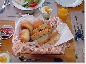 ペンション サンセット:自家製焼きたて天然酵母パンの朝食が人気