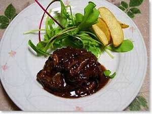 ペンション サンセット:当館で人気ナンバーワンの「若鶏の赤ワイン煮」です!(鶏肉が苦手なお客様には別メニュー対応可)