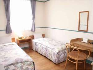 ペンション サンセット:フローリングで明るく清潔な洋室。室内にバストイレ洗面の無いタイプのお部屋です。