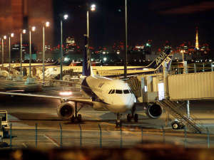 羽田エクセルホテル東急:レストラン窓側の席からは駐機する飛行機もご覧いただけます。