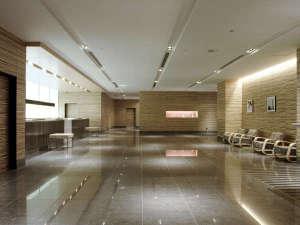 空港ターミナルの慌しさから一遍した趣高いホテルロビー
