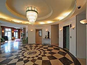 ホテルロータスハウス:《ロビー》大理石の床とおおきなシャンデリアがお出迎え