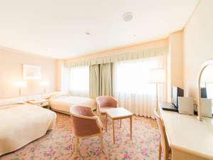 ホテルセンチュリー21広島:スタンダードツイン。チェア3台とテーブル、デスクを備えた充実の室内。