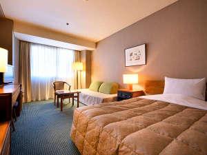 ホテルロイヤル盛岡:【シングル】市内最大級を誇る21平米・ベッド幅120cmのお部屋。ゆったりとした空間で安らぎのひと時を。