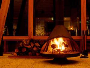 ロビーの暖炉。冬の時期には、暖かな炎がお迎えいたします。