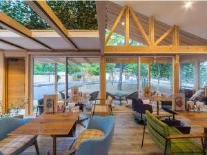 温泉グランピング ShimaBlue:【管理棟兼カフェ棟】開放感あふれる室内。