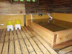 ペンション グリンデルワルト:檜の浴槽に新調した温泉内湯