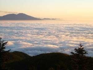 星空へ続く宿 山本小屋ふる里館:早朝に見られる、どこまでも続く雲海と噴煙の浅間山